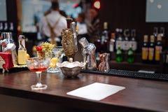 Ensemble d'accessoires et d'ingrédients de barre pour faire des cocktails sur le compteur image libre de droits