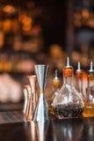 Ensemble d'accessoires et d'ingrédients de barre pour faire des cocktails sur le compteur photographie stock