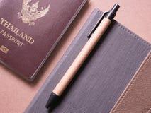 Ensemble d'affaires de passeport et de carnet de la Thaïlande avec la note collante dans le carnet de voyage de concept Photos stock