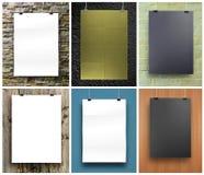 Ensemble d'affiches noires et blanches sur une corde La feuille de papier accroche o Photos stock