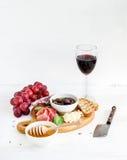 Ensemble d'apéritif de vin Verre de rouge, raisins, parmesan photographie stock