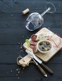 Ensemble d'apéritif de vin Verre de vin rouge, français Image libre de droits