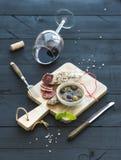 Ensemble d'apéritif de vin Verre de vin rouge, français Photographie stock libre de droits