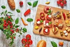 Ensemble d'apéritifs sur une table en bois Images stock