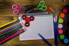 Ensemble d'approvisionnements de papeterie d'école De nouveau au concept d'école Photos stock