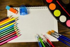 Ensemble d'approvisionnements de papeterie d'école De nouveau au concept d'école Photographie stock libre de droits