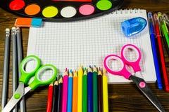 Ensemble d'approvisionnements de papeterie d'école De nouveau au concept d'école Image libre de droits