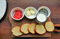 Ensemble d'apéritifs sur la table en bois Image stock