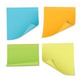 Ensemble d'autocollants colorés sur des notes de différentes couleurs, o d'isolement Image libre de droits