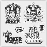 Ensemble d'emblèmes de casino et de tisonnier et labels avec le joker et les cartes de jouer illustration de vecteur