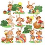 Ensemble d'enfants heureux dans le costume de lapin avec des oreilles chassant les oeufs de pâques, lapins du jeu d'enfants des v illustration stock