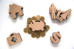 Ensemble d'icône de tirelire sur la pile des pièces de monnaie et de la famille d'icône, maison, Dol Photo libre de droits