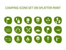 Ensemble d'icône de camping sur la peinture verte d'éclaboussure Icônes plates Photos stock