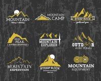 Ensemble d'insigne de camp d'explorateur de montagne d'hiver d'été illustration de vecteur