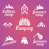 Ensemble d'insignes d'aventure et d'emblèmes extérieurs de logo de camping Image libre de droits