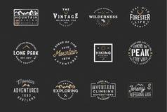 Ensemble d'insignes d'expédition de montagne, labels d'aventure Rétro conception de typographie de vintage Photographie stock