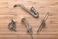 Ensemble d'instruments d'or d'orchestre de vent en laiton de jouet : saxophone, trompette, cor d'harmonie, trombone Concept de mu Image stock