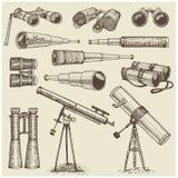 Ensemble d'instruments, d'oculaires de télescopes et de jumelles astronomiques, quart de cercle, sextant gravé dans le vintage ti Photo stock