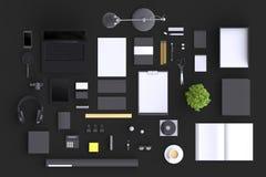 Ensemble d'objets de bureau de blanc de variété organisés pour la présentation de société ou l'identité de marquage à chaud avec  Photographie stock libre de droits