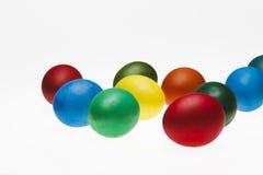 Ensemble d'oeufs colorés d'isolement sur le fond blanc Image stock