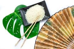 Ensemble d'Oriental de riz, de baguettes, de feuille verte et de transp Photographie stock