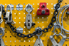 Ensemble d'outils au-dessus d'un panneau en acier Image stock