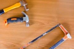 Ensemble d'outils au-dessus d'un panneau en bois avec l'espace pour le texte, ensemble de constr Image libre de droits