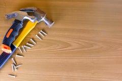 Ensemble d'outils au-dessus d'un panneau en bois avec l'espace pour le texte, ensemble de constr Photo stock