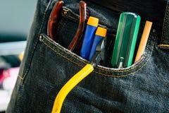 Ensemble d'outils de bricolage d'ingénieur dans des jeans, jeans d'A avec des outils de constructeur d'ingénieur Images stock