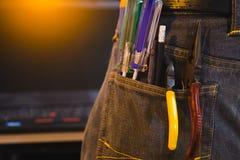 Ensemble d'outils de bricolage d'ingénieur dans des jeans, jeans d'A avec des outils de constructeur d'ingénieur Photo libre de droits
