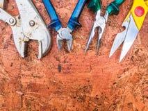 Ensemble d'outils de bricolage sur un en bois Photos libres de droits