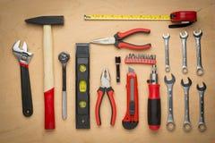 Ensemble d'outils de bricolage sur un panneau en bois photo libre de droits