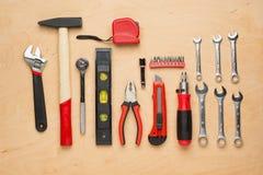 Ensemble d'outils de bricolage sur un panneau en bois photos stock