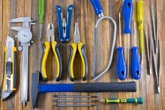 Ensemble d'outils de bricolage sur une fin en bois de panneau  Photographie stock libre de droits