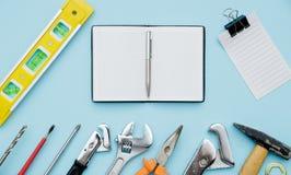 Ensemble d'outils de construction comme clé, marteau, pinces, roitelet de prise photographie stock