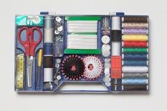 Ensemble d'outils de couture sur le fond blanc Photographie stock libre de droits