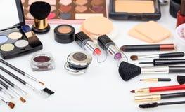 Ensemble d'outils de maquillage sur le fond blanc images libres de droits