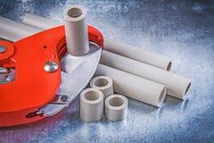 Ensemble d'outils de plombiers sur la construction métallique rayée de fond image libre de droits