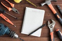 Ensemble d'outils de travail sur le fond en bois images libres de droits