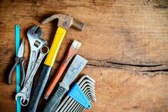 Ensemble d'outils de travail sur le vieux fond en bois grunge photos libres de droits