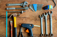Ensemble d'outils de travail sur le vieux fond en bois grunge photographie stock