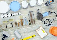 Ensemble d'outils et de peintures pour dépanner sur le fond en bois Images libres de droits