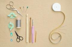 Ensemble d'outils faisants du crochet et de coutures de base Photos libres de droits
