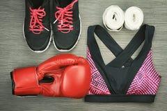 Ensemble d'usage de sport pour la formation d'exercice, la mode de gymnase et les accessoires de boxe Photos stock