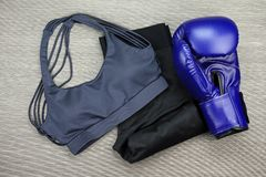 Ensemble d'usage de sport pour la formation d'exercice, la mode de gymnase et les accessoires de boxe Photographie stock
