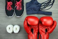 Ensemble d'usage de sport pour la formation d'exercice, la mode de gymnase et les accessoires de boxe Image libre de droits