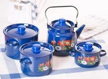 Ensemble d'ustensile de cuisine de bacs et de bouilloire bleus Image libre de droits