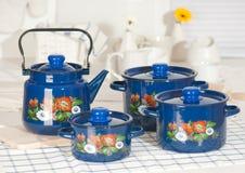 Ensemble d'ustensile de cuisine de bacs et de bouilloire bleus Images libres de droits