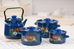 Ensemble d'ustensile de cuisine de bacs et de bouilloire bleus Images stock