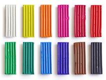 Ensemble de bâtons colorés de pâte à modeler d'isolement sur le fond blanc Morceau d'argile d'arc-en-ciel pour le jeu d'enfants e Image stock